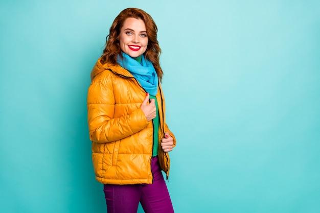 예쁜 여행자 아가씨 빨간 입술의 초상화 놀라운 겨울 날 거리를 걷고 캐주얼 노란색 외투 파란색 스카프 보라색 바지를 착용하십시오.