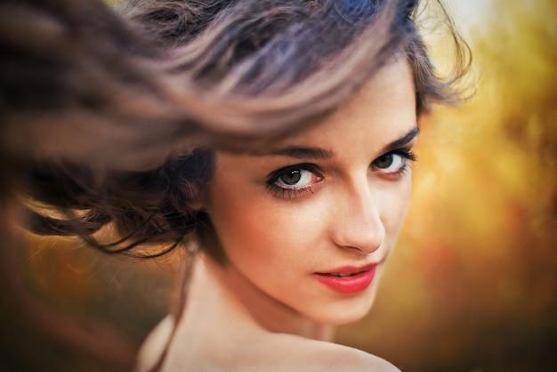 예쁜 여자 검은 머리, 녹색 눈의 초상화.