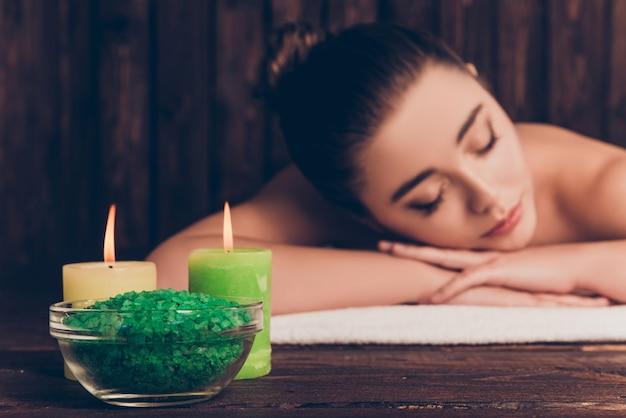 Портрет красивой женщины, имеющей ароматерапию и расслабляющуюся в спа-салоне