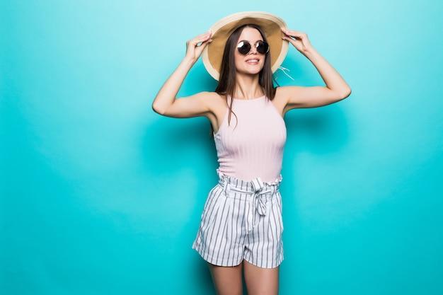 선글라스와 파란색 화려한 벽에 모자에 예쁜 여자의 초상화. 여름 직업.