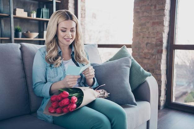 긴 의자 독서 카드에 앉아 예쁜 여자의 초상화는 꽃을받을
