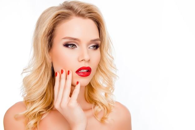 Портрет красивой молодой блондинки с красными губами трогательно лицо