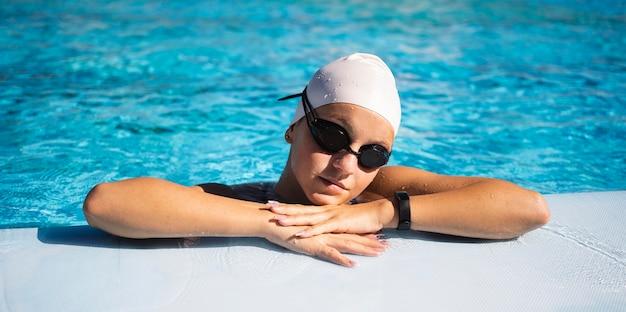 Портрет красивой молодой девушки, позирующей в купальных костюмах