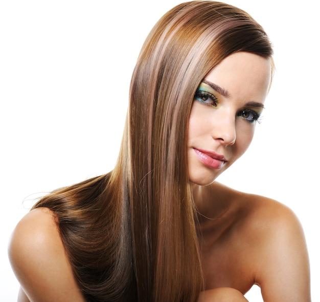 まっすぐな長い髪のかなり若い笑顔の女性の肖像画
