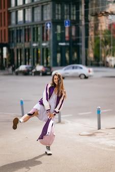 거리에서 즐거운 시간을 보내는 예쁜 젊은 여성의 초상화