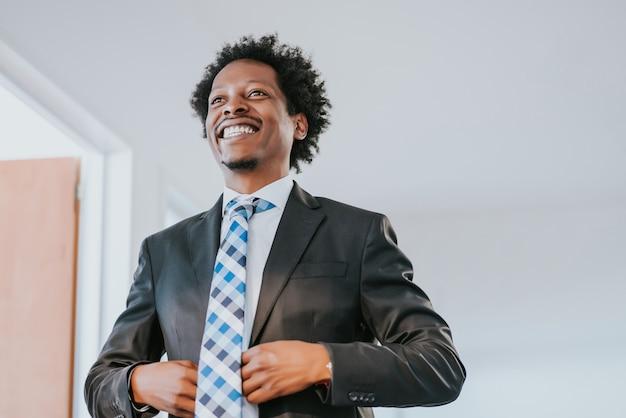 現代のオフィスでプロと自信を持ってビジネスマンの肖像画