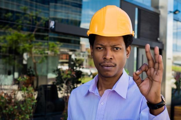 보호 노란색 헬멧에 전문 건축가의 초상화입니다. 엔지니어와 건축가 개념.