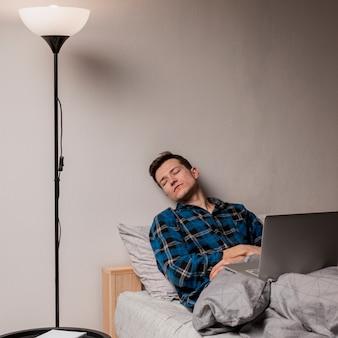 昼寝をしているプロの肖像画 無料写真
