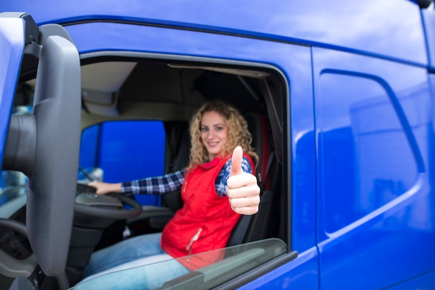 엄지 손가락을 보여주는 웃 고 전문 트럭 운전사의 초상화