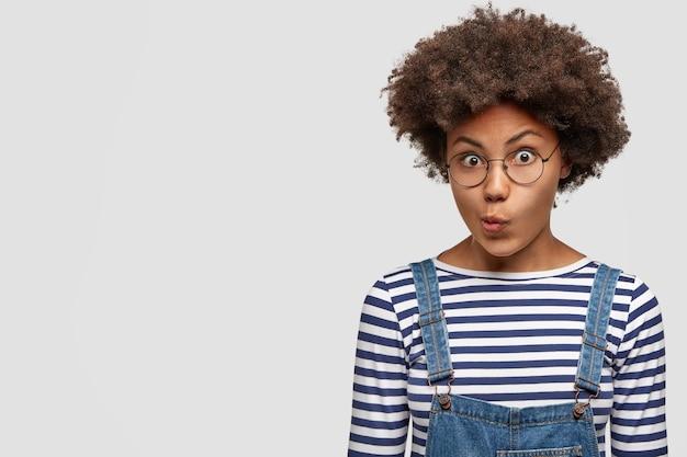 Портрет озадаченной смуглой молодой девушки с вьющимися волосами