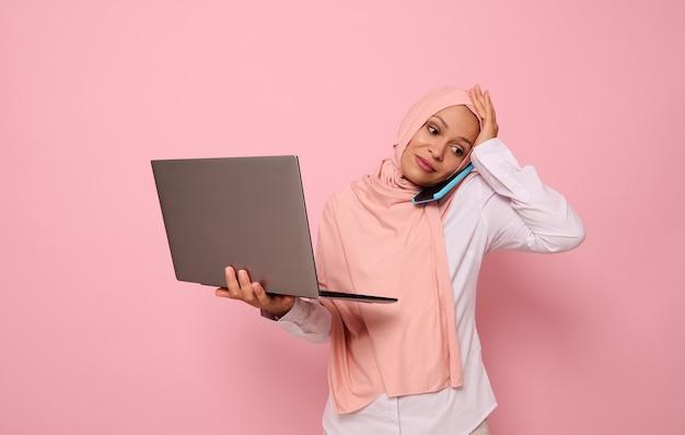 분홍색 히잡을 쓴 어리둥절한 이슬람 아랍 여성 초상화