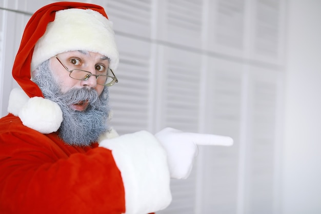 진짜 행복 산타 클로스의 초상화입니다.재미 있는 산타입니다. 테마 크리스마스 휴일과 겨울 신년 크리스마스가 다가옵니다!