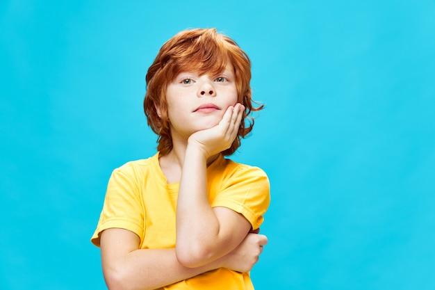 얼굴 감정 라이프 스타일에 손을 잡고 나가서는 소년의 초상화 자른보기 파란색 배경