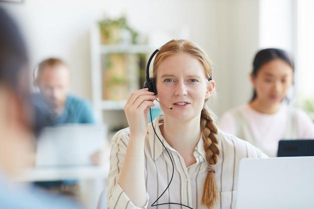 オフィスでクライアントと話している間ヘッドフォンで赤い髪のオペレーターの肖像画