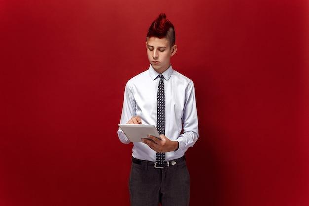 Портрет рыжеволосого подростка-панка с планшетом