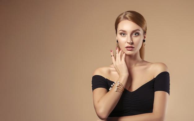 베이지 색 벽에 어깨 검은 드레스를 입고 빨간 머리 여자의 초상화