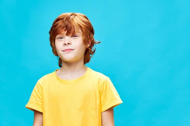 파란색에 노란색 티셔츠에 빨간 머리 소년의 초상화