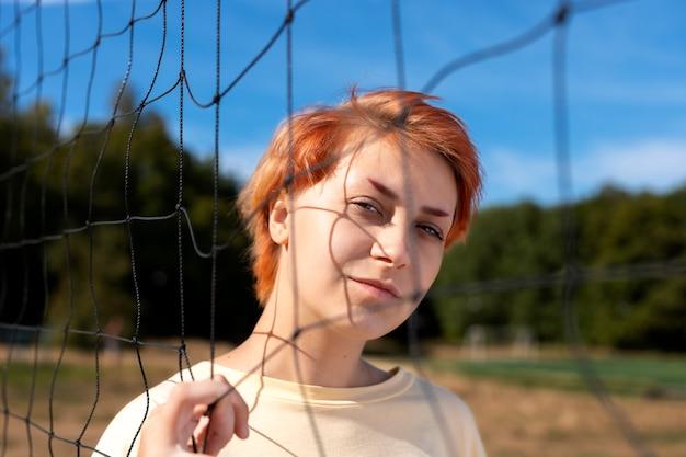 屋外の赤毛の女の子の肖像画
