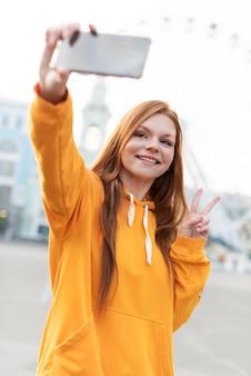 빨간 머리 여자는 selfie를 하 고의 초상화