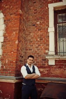 チョッキを着ているレトロな1920年代の英語のアラビアンビジネスの男性の肖像画。