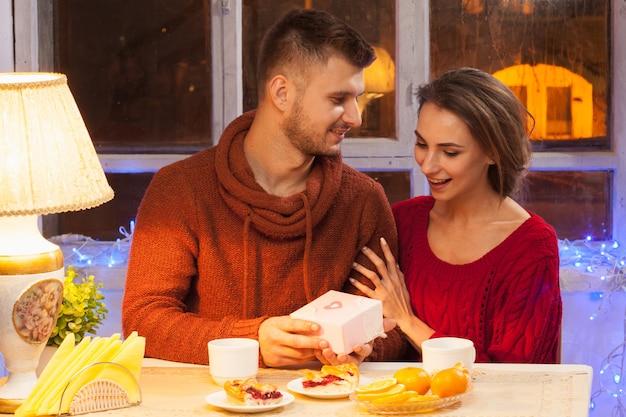 バレンタインのディナーでロマンチックなカップルの肖像画