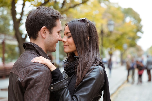 屋外で抱き締めるロマンチックなカップルの肖像画