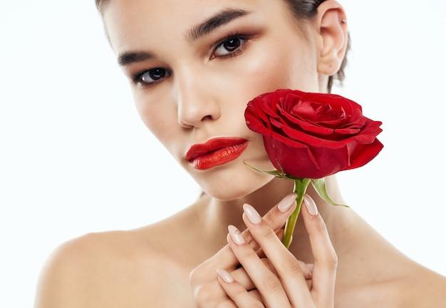 裸の肩と目の前に赤い花を持つロマンチックな人々の肖像画