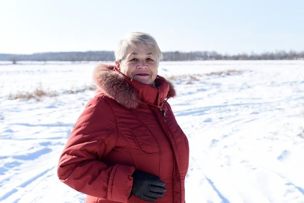 웃 고 카메라를보고 러시아 고위 여자의 초상화