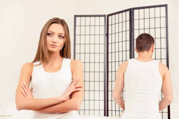 Портрет грустной сердитой женщины, игнорирующей своего парня