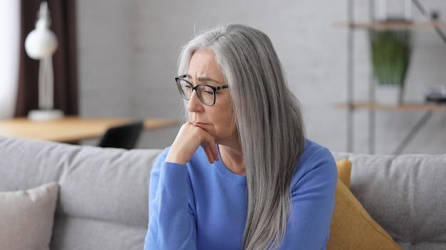 悲しい美しい年配の白髪の女性の肖像画。