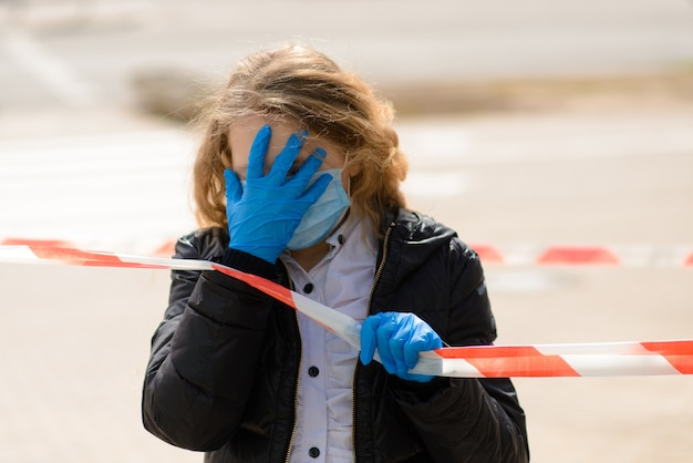 Портрет грустного кавказского ребенка в маске для лица