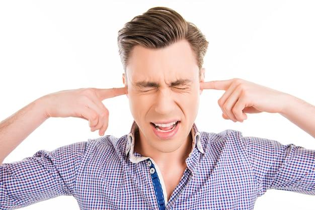 Портрет грустного человека, закрывающего уши, игнорируя шум