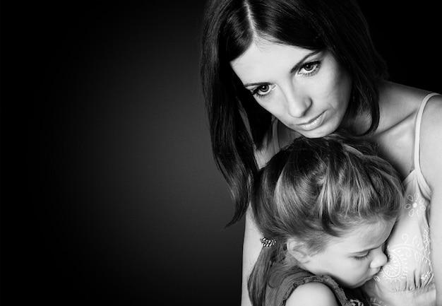 Портрет грустной матери с дочерью