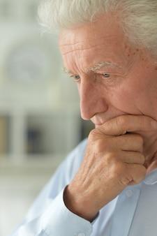 自宅で悲しい年配の男性の肖像画