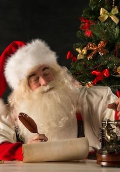Портрет санта-клауса, отвечая рождественским письмам