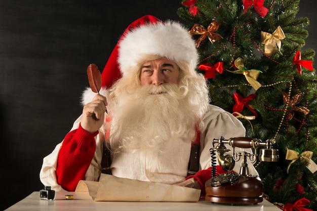 クリスマスの手紙に答えるサンタクロースの肖像