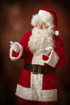 Портрет деда мороза в красном костюме