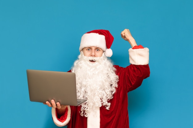 Портрет санта-клауса с ноутбуком