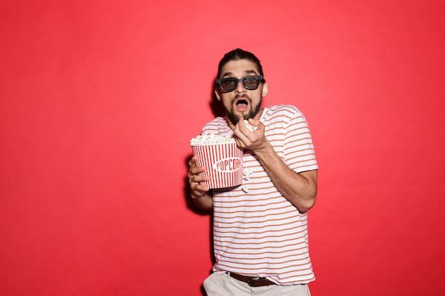Портрет испуганного человека в 3d очках, смотрящего фильм