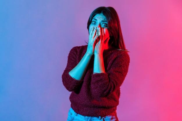 Портрет испуганной в панике истеричной женщины, закрывшей рот руками