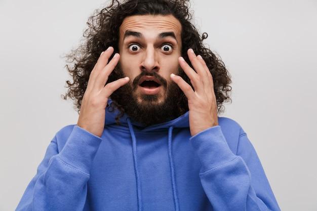 흰색으로 격리된 경이를 표현하는 캐주얼한 스웨터를 입은 겁에 질린 면도를 하지 않은 남자의 초상화