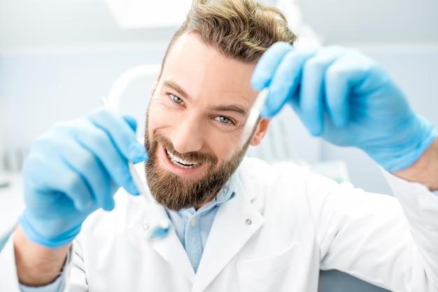 カメラで口を見ている歯科用ツールを持つ怖い歯科医の肖像画