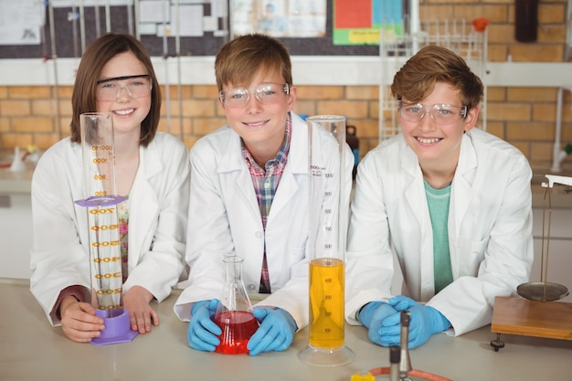 실험실에서 화학 실험을하는 학교 아이들의 초상화