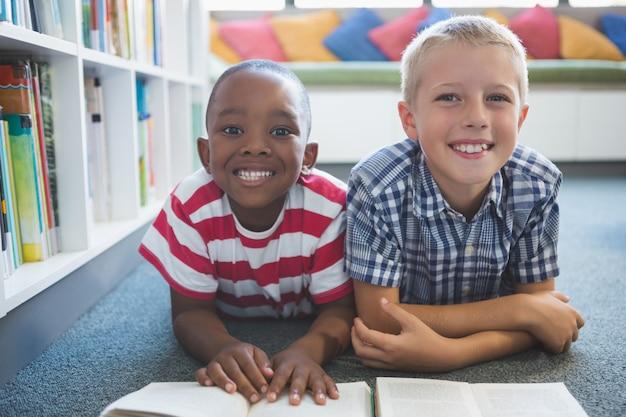図書館で本を読んでいる学校の子供たちの肖像画