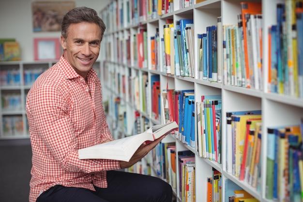 도서관에서 책을 들고 학교 교사의 초상
