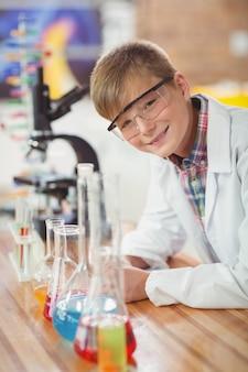 실험실에서 화학 실험을 하 고 남학생의 초상화