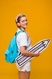 Портрет школьницы на желтом фоне