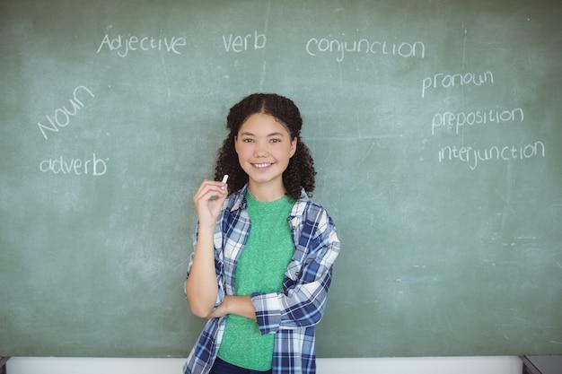 Портрет школьницы, притворяющейся учителем в классе