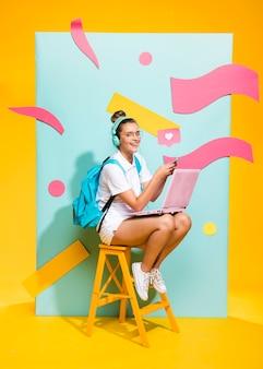 ノートパソコンで勉強している女子高生の肖像画 Premium写真