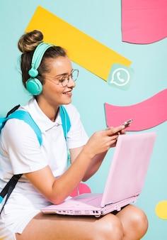 ノートパソコンで勉強している女子高生の肖像画